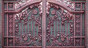 Portoni in ferro battuto, pezzo fucinato ornamentale, primo piano forgiato degli elementi immagini stock libere da diritti