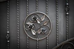 Portoni in ferro battuto, pezzo fucinato ornamentale, primo piano forgiato degli elementi fotografia stock libera da diritti