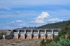 Portoni radiali del canale di scarico della diga di Wyangala Fotografie Stock Libere da Diritti