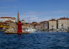 Portoroz, μια μικρή πόλη και η μαρίνα του, που βρίσκονται στην Αδριατική Σλοβενία στοκ εικόνα