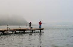 Portoroz, Slovenië - Oktober 17, 2015: De lokale vissers vissen van een pijler In de handen van deze staven Stock Afbeelding