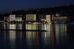 Portoroz steekt 's nachts bezinningen aan royalty-vrije stock afbeelding
