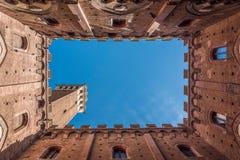 Portostämpel av Siena från inre Palazzoen Comunale och Torren del Mangia fotografering för bildbyråer
