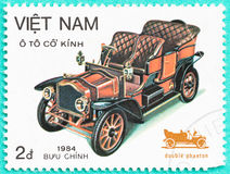 Portostämplar med utskrivavet i Vietnam visar den klassiska bilen Royaltyfria Foton