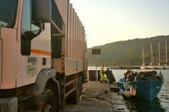 Portovenere在黎明:在小游艇船坞码头的无用单元收集 图库摄影