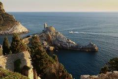 Portovenere,与教会的海湾 免版税库存图片