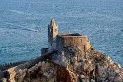 Portovenere,圣伯多禄教会从城堡的 免版税库存照片