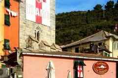 Portovenere: Blick von bunten Gebäuden und von bewaldetem Abhang Stockbilder