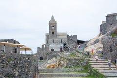 Portovenere, Italië - Mei 28, 2018: De mening van San Pietro Church van het overzees Vesting Castello Doria en kerk Chiesa Di San royalty-vrije stock afbeelding