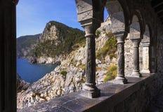 Portovenere kustsikt från den San Pietro kyrkan Cinque terre, Li royaltyfri foto