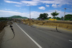 Portoviejo, Ισημερινού - 18 Απριλίου, 2016: Άσφαλτος που ραγίζεται στο δρόμο μετά από να καταστρέψει 7 σεισμός 8 στοκ εικόνα