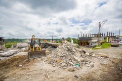 Portoviejo, Ισημερινού - 18 Απριλίου, 2016: Ερείπια ενός σπιτιού μετά από 7 ο σεισμός 8, βαριά μηχανήματα αφαιρεί στοκ εικόνες