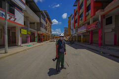 Portoviejo, Ισημερινού - 18 Απριλίου, 2016: Μη αναγνωρισμένος φωτογράφος που τεκμηριώνει τη συνέπεια 7 σεισμός 8 αυτός στοκ εικόνες με δικαίωμα ελεύθερης χρήσης