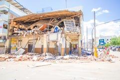Portoviejo, Ισημερινού - 18 Απριλίου, 2016: Οικοδόμηση παρουσιάζοντας τη συνέπεια 7 σεισμός 8 που κατέστρεψε το κέντρο πόλεων στοκ εικόνα