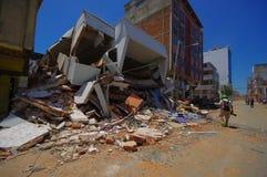Portoviejo, эквадор - 18-ое апреля 2016: Строить показывающ пост-эффект 7 землетрясение 8 Стоковые Изображения RF