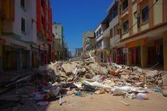 Portoviejo, эквадор - 18-ое апреля 2016: Строить показывающ пост-эффект 7 землетрясение 8 Стоковые Фотографии RF