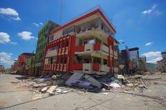 Portoviejo, эквадор - 18-ое апреля 2016: Строить показывающ пост-эффект 7 землетрясение 8 Стоковые Изображения