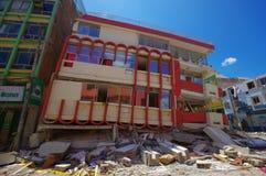 Portoviejo, эквадор - 18-ое апреля 2016: Строить показывающ пост-эффект 7 землетрясение 8 Стоковое Фото