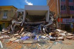 Portoviejo, эквадор - 18-ое апреля 2016: Строить показывающ пост-эффект 7 землетрясение 8 Стоковое Изображение RF