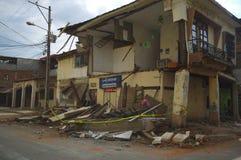 Portoviejo, Ecuador - abril, 18, 2016: La fachada de la casa de dos pisos había caído después de 7 terremoto 8 foto de archivo libre de regalías