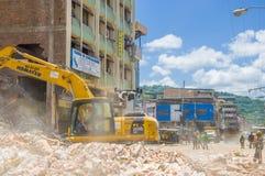 Portoviejo Ecuador - April, 18, 2016: Plockningspillror för tungt maskineri från förstörda byggnader efter tragiskt och arkivbilder