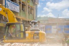 Portoviejo Ecuador - April, 18, 2016: Plockningspillror för tungt maskineri från förstörda byggnader efter tragiskt och royaltyfri fotografi