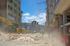 Portoviejo Ecuador - April, 18, 2016: Plockningspillror för tungt maskineri från förstörda byggnader efter tragiskt och royaltyfria foton
