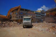 Portoviejo Ecuador - April, 18, 2016: Plockningspillror för tungt maskineri från förstörda byggnader efter tragiskt och royaltyfri foto