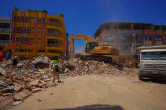 Portoviejo, Ecuador - 18 aprile, 2016: Macerie di raccolto del macchinario pesante dalle costruzioni distrutte dopo tragico e Immagine Stock Libera da Diritti