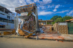Portoviejo, Ecuador - 18 aprile, 2016: Montagna di macerie per una costruzione crollata dopo 7 terremoto 8 Fotografie Stock