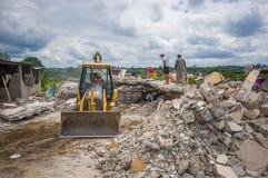Portoviejo Ekwador, Kwiecień, -, 18, 2016: Gruz zniszczony dom po 7 8 trzęsienie ziemi, maszyny ciężkie usuwają zdjęcia stock