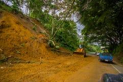 Portoviejo Ekwador, Kwiecień, -, 18, 2016: Osunięcie się ziemi blokuje drogę wybrzeże po 7 8 trzęsienie ziemi Fotografia Stock