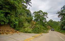 Portoviejo Ekwador, Kwiecień, -, 18, 2016: Osunięcie się ziemi blokuje drogę wybrzeże po 7 8 trzęsienie ziemi Obraz Royalty Free