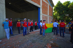 Portoviejo Ekwador, Kwiecień, -, 18, 2016: Uszeregowywający vounteer i ratownicy, dostawać przygotowywający pomagać ocalały i zna Obraz Stock