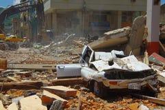 Portoviejo Ekwador, Kwiecień, -, 18, 2016: Zawalony samochód, pokazuje aftereffect 7 8 trzęsienie ziemi który niszczył miasto Obrazy Stock