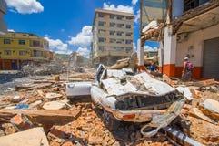 Portoviejo Ekwador, Kwiecień, -, 18, 2016: Zawalony samochód, pokazuje aftereffect 7 8 trzęsienie ziemi który niszczył miasto Zdjęcia Royalty Free