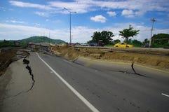 Portoviejo, Equador - abril, 18, 2016: Asfalto rachado na estrada após a devastaçã0 7 terremoto 8 Imagem de Stock