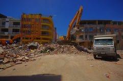 Portoviejo, Equador - abril, 18, 2016: Entulho da colheita da maquinaria pesada das construções destruídas após trágico e Imagem de Stock