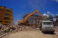 Portoviejo, Equador - abril, 18, 2016: Entulho da colheita da maquinaria pesada das construções destruídas após trágico e Fotos de Stock