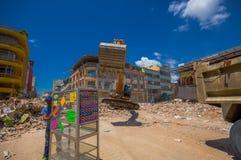 Portoviejo, Equador - abril, 18, 2016: Entulho da colheita da maquinaria pesada das construções destruídas após trágico e Fotografia de Stock