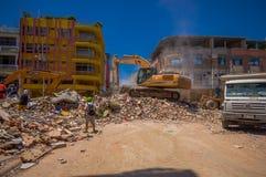 Portoviejo, Equador - abril, 18, 2016: Entulho da colheita da maquinaria pesada das construções destruídas após trágico e Fotos de Stock Royalty Free