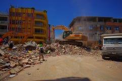 Portoviejo, Equador - abril, 18, 2016: Entulho da colheita da maquinaria pesada das construções destruídas após trágico e Imagem de Stock Royalty Free
