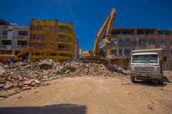 Portoviejo, Equador - abril, 18, 2016: Entulho da colheita da maquinaria pesada das construções destruídas após trágico e Fotografia de Stock Royalty Free
