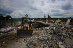 Portoviejo, Equador - abril, 18, 2016: Entulho de uma casa destruída após 7 o terremoto 8, maquinaria pesada remove Imagens de Stock Royalty Free