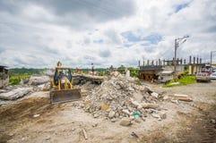 Portoviejo, Equador - abril, 18, 2016: Entulho de uma casa destruída após 7 o terremoto 8, maquinaria pesada remove Imagens de Stock