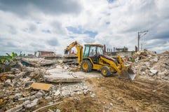 Portoviejo, Equador - abril, 18, 2016: Entulho de uma casa destruída após 7 o terremoto 8, maquinaria pesada remove Foto de Stock Royalty Free