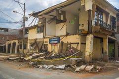 Portoviejo, Equador - abril, 18, 2016: A fachada da casa de dois andares tinha caído após 7 terremoto 8 Imagens de Stock