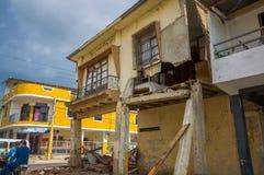 Portoviejo, Equador - abril, 18, 2016: A fachada da casa de dois andares tinha caído após 7 terremoto 8 Fotos de Stock Royalty Free