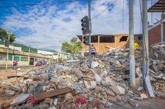 Portoviejo, Equador - abril, 18, 2016: Montanha da entulho para uma construção desmoronada após 7 terremoto 8 Fotografia de Stock