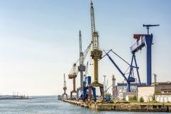 Portowa łatwość z żurawiami i stocznia w porcie Rostock zdjęcia royalty free